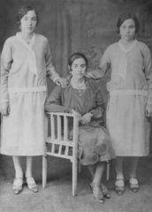 iskece-1925-halil-aganin-kizlari-oturan-sabriye-soldaki-nakiye-sagdaki-naciye-img148