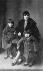 1927-nazmiye-hanim-ve-prensesim-diye-seslendigi-sevgili-kizlari