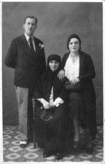 1932-tilkilik-hacer-hn-kizi-necile-ve-damadi-hifzi-hitay-ile