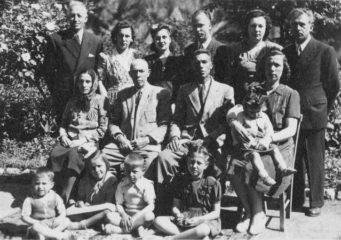 1948-odemis-halil-aga-oturanlardan-soldan-ikinci-ve-buyuk-ailesi