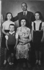 1955-odemis-dayim-suleyman-akinci-esi-vesile-ve-cocuklari-solda-zehra-ve-faruk-sagda-zerrin
