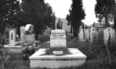 2-1975-balikesir-firdevs-halasi-sabriye-kokenin-kabri-basinda