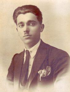 1922, İskeçe. İbrahim artık yetişkin bir erkektir